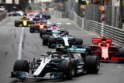 Lewis Hamilton, Mercedes AMG F1 W09, devant Kimi Raikkonen, Ferrari SF71H et Valtteri Bottas, Mercedes AMG F1 W09