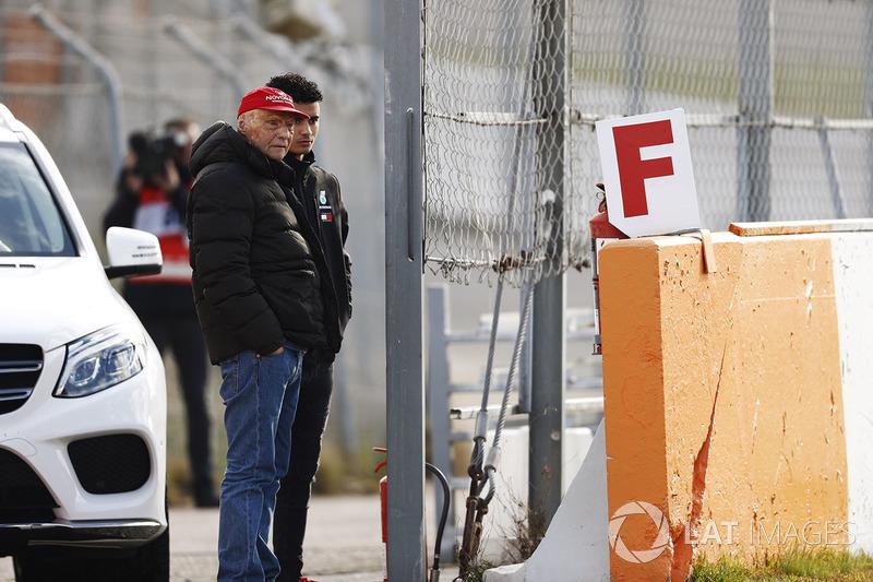 Niki Lauda, presidente non-esecutivo Mercedes AMG F1, Pascal Wehrlein, osservano da bordo pista
