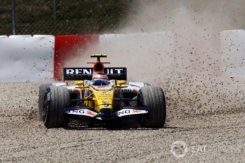 Nelson Piquet Jr, Renault R28 se desliza en la grava al principio de la carrera