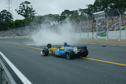Jarno Trulli, Renault Renault F1 Team R23, passes team mates crashed car