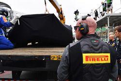 La voiture accidentée de Lewis Hamilton, Mercedes-Benz F1 W08 est ramenée aux stands après son accident
