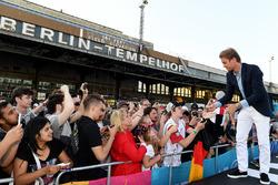 Nico Rosberg, Campione del Mondo di Formula 1, investitore Formula E, firma autografi