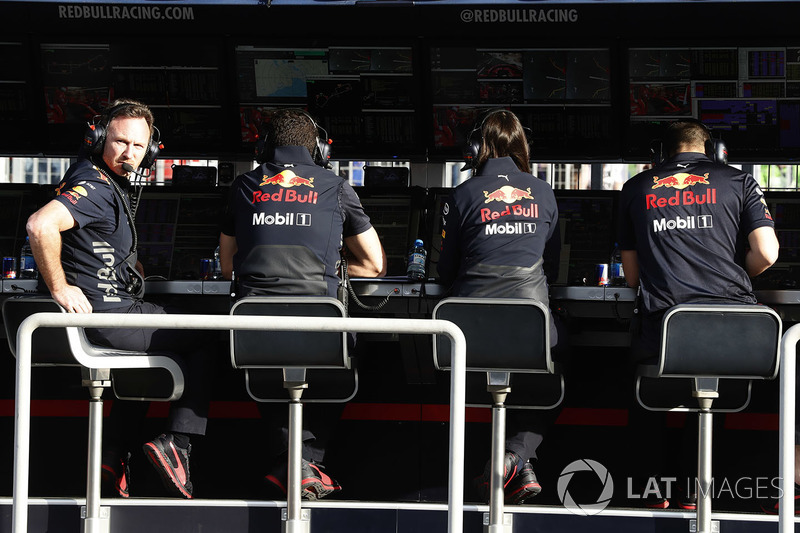 El director del equipo Christian Horner, Red Bull Racing, y el equipo de Red Bull en la pared del pit