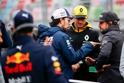 Sergio Pérez, Force India, Carlos Sainz Jr., Renault Sport F1 Team y Fernando Alonso, McLaren, hablan en el desfile de pilotos