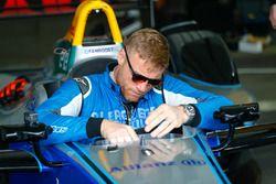 Le présentateur et consultant TV, ancien champion international de cricket, Andrew Freddie Flintoff, prend la piste au volant d'une Formule E