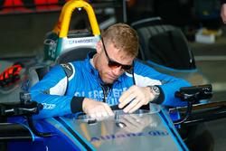 El locutor, el panelista de TV, el ex jugador de cricket internacional de Inglaterra Andrew Freddie Flintoff lleva el auto de Fórmula E a la pista