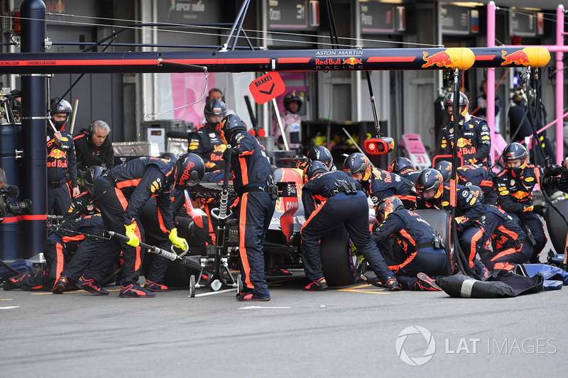 Daniel Ricciardo, Red Bull Racing RB14 pit stop