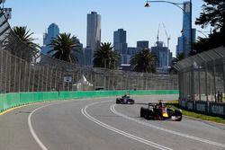 Daniel Ricciardo, Red Bull Racing RB14 Tag Heuer, leads Brendon Hartley, Toro Rosso STR13 Honda