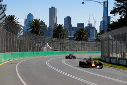 Daniel Ricciardo, Red Bull Racing RB14 Tag Heuer, leads Brendon Hartley, Toro Rosso STR13 Honda