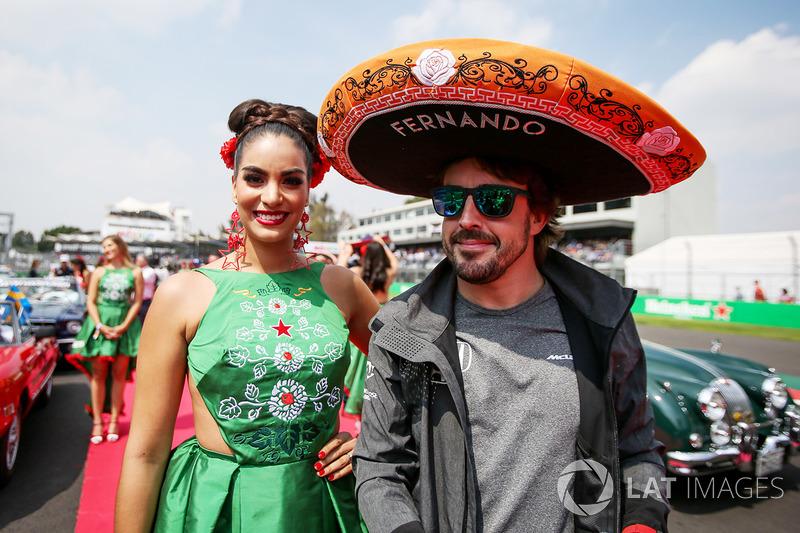 Fernando Alonso, McLaren con un sombrero de charro y una chica de la parrilla