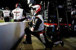Un membro della crew di Brad Keselowski, Team Penske Ford Fusion