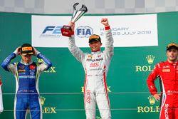 Nyck De Vries, PREMA Racing vainqueur sur le podium, avec Lando Norris, Carlin, et Antonio Fuoco, Charouz Racing System