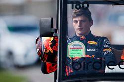 Max Verstappen, Red Bull Racing, regresa a su garaje después de retirarse de la carrera