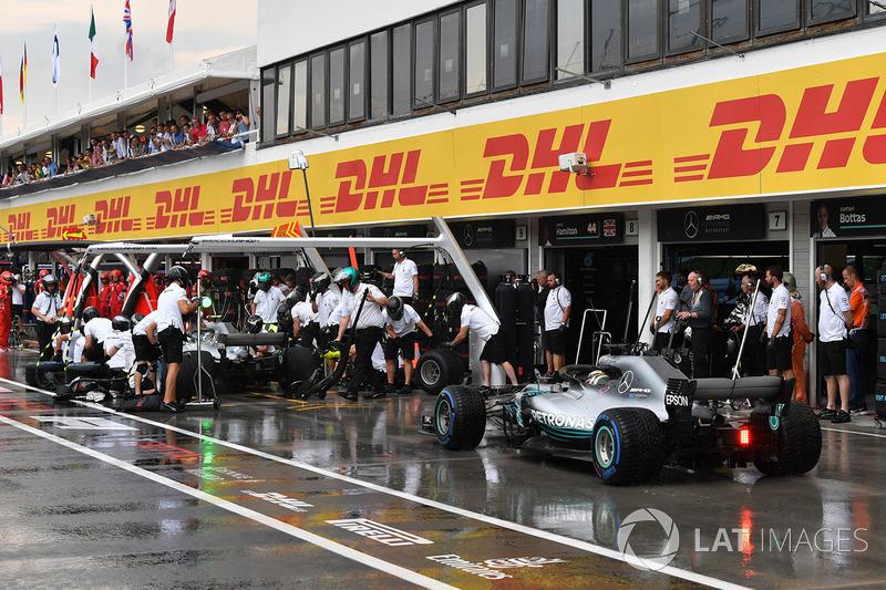 Valtteri Bottas, Mercedes-AMG F1 W09 e Lewis Hamilton, Mercedes-AMG F1 W09, pit stop