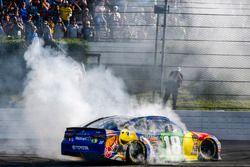Kyle Busch, Joe Gibbs Racing, Toyota Camry M&M's Caramel, celebra en victory lane