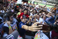 L'eroe della gara di casa Sergio Perez, Force India, scatta un selfie con dei fan