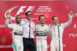 Podium: tweede plaats Lewis Hamilton, Mercedes AMG F1, winnaar Nico Rosberg, Mercedes AMG F1, derde