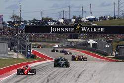 Sebastian Vettel, Ferrari SF70H, Lewis Hamilton, Mercedes AMG F1 W08, y Valtteri Bottas, Mercedes AM