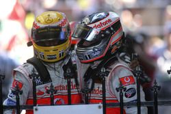 Tweede plaats Fernando Alonso, McLaren MP4-22, feliciteert derde plaats Lewis Hamilton, McLaren MP4-