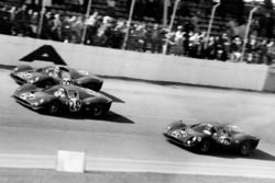 Tiga Ferrari 330 P melewati garis finis