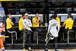Nico Hulkenberg, Renault Sport F1 Team, Cyril Abiteboul, Renault Sport F1 Managing Director and Carlos Sainz Jr., Renault Sport F1 Team on the Renault Sport F1 Team pit wall gantry