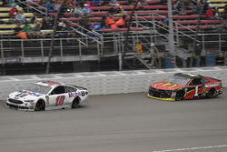 Aric Almirola, Stewart-Haas Racing, Ford Fusion Mobil 1 and Jamie McMurray, Chip Ganassi Racing, Che