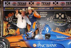 Scott Dixon, Chip Ganassi Racing Honda celebra en victory lane con el dueño del equipo Chip Ganassi
