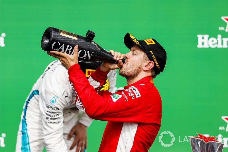 Sebastian Vettel, Ferrari, ganador en Canadá, bebe champagne en el podio