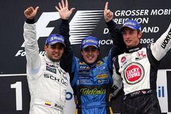 Podium: le deuxième Juan Pablo Montoya, McLaren; le vainqueur Fernando Alonso, Renault et le troisième Jenson Button.