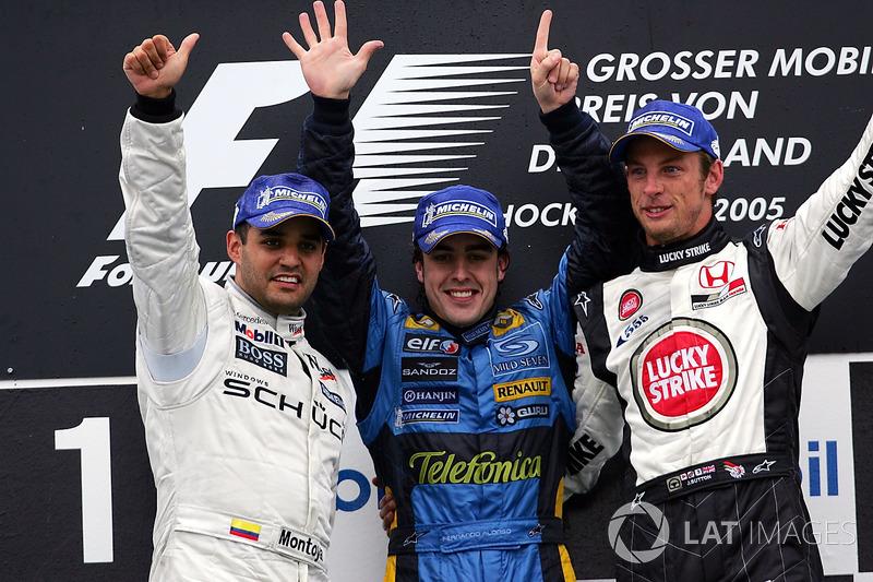 Podio: il secondo classificato Juan Pablo Montoya, McLaren; il vincitore della gara Fernando Alonso, Renault e il terzo classificato Jenson Button, BAR