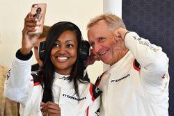 Пассажиры двухместного автомобиля F1 Experiences Николь Галисия и Кевин Шванц