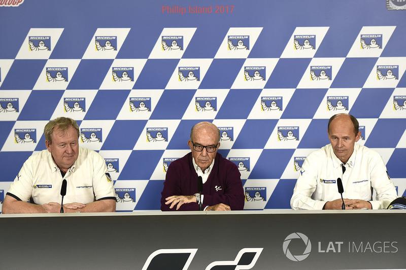 Carmelo Ezpeleta (centro) anuncia junto a Pascal Couasnon y Nicolas Goubert la renovación de Michelin hasta 2023