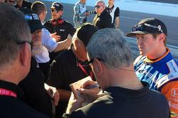 Scott Dixon, Chip Ganassi Racing Honda in gesprek met IndyCar-personeel na eerste run met aeroscreen