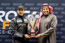 Khaled Al Qubaisi, ontvangt een trofee uit handen van prins Khaled Al Faisal, president van de Motor