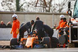Маршалы и сотрудники McLaren эвакуируют с трассы автомобиль MCL33 Фернандо Алонсо