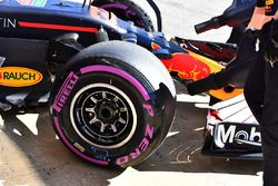 Red Bull Racing RB14, llanta delantera y llanta Pirelli