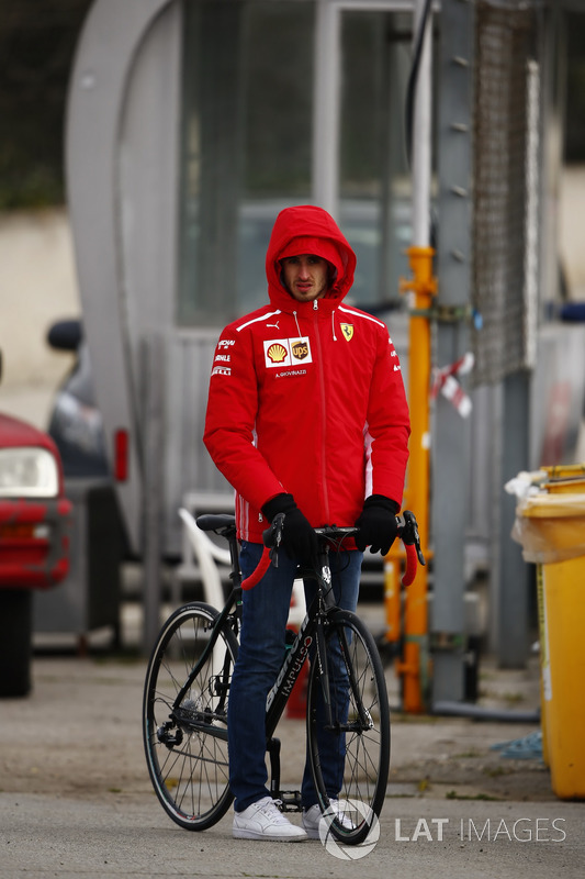 Antonio Giovinazzi, piloto reserva da Ferrari, de bicicleta e muito bem agasalhado.
