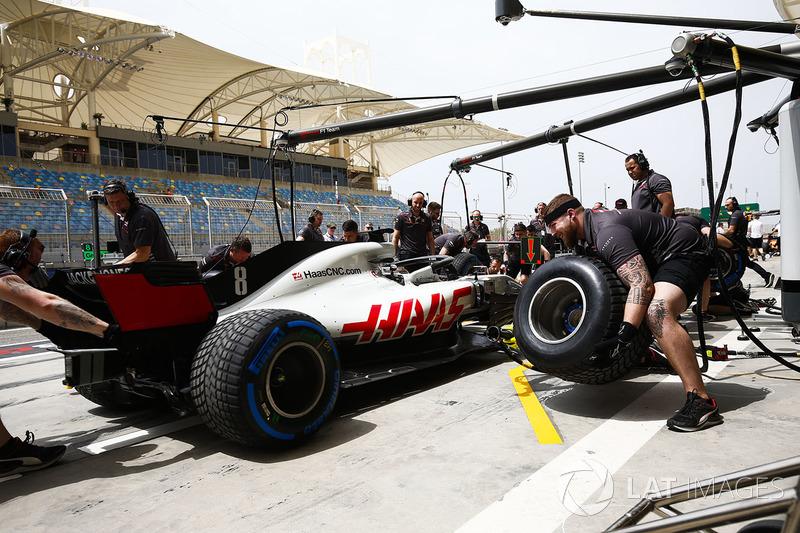 Механики Haas отрабатывают процедуру пит-стопа с автомобилем VF-18 Ромена Грожана