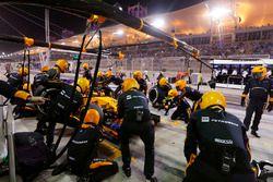 Stoffel Vandoorne, McLaren MCL33 Renault s'arrête au stand