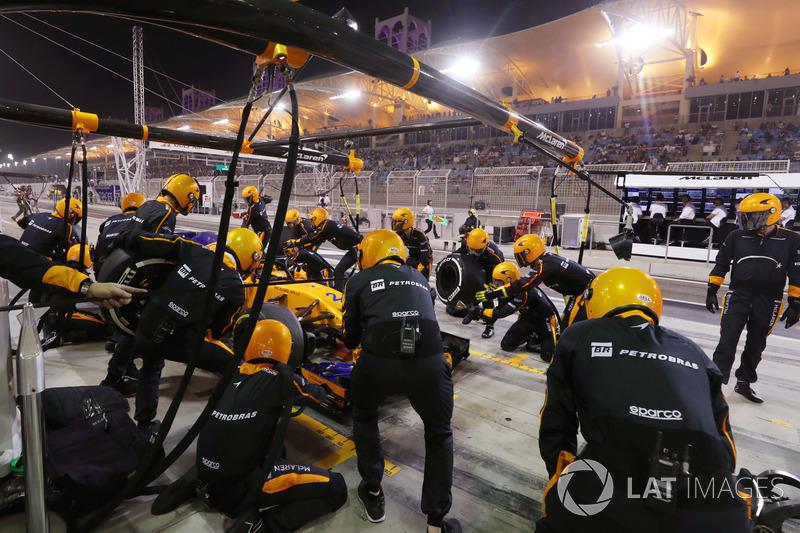 Stoffel Vandoorne, McLaren MCL33 Renault, effettua un pit stop