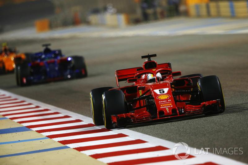 Sebastian Vettel, Ferrari SF71H, precede Brendon Hartley, Toro Rosso STR13 Honda