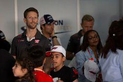 Romain Grosjean, Haas F1 e i grid kids nella drivers parade
