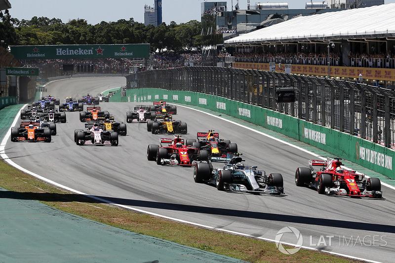 Valtteri Bottas, Mercedes-Benz F1 W08 et Sebastian Vettel, Ferrari SF70H en lutte au départ