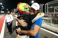Campeón 2017 Pietro Fittipaldi, Lotus, celebra con Nelson Piquet Jr.