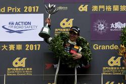 Podio: il secondo classificato Lando Norris, Carlin, Dallara Volkswagen