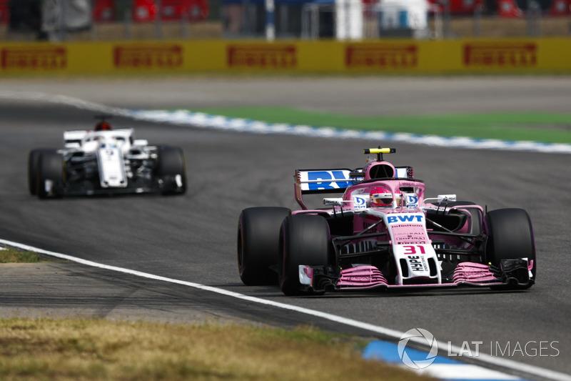 Esteban Ocon, Force India VJM11, za nim Marcus Ericsson, Sauber C37