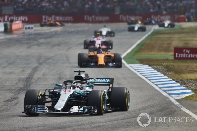 Lewis Hamilton, Mercedes AMG F1 W09, za nim Fernando Alonso, McLaren MCL33