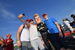 Nico Hulkenberg, Renault Sport F1 Team en costume avec des fans