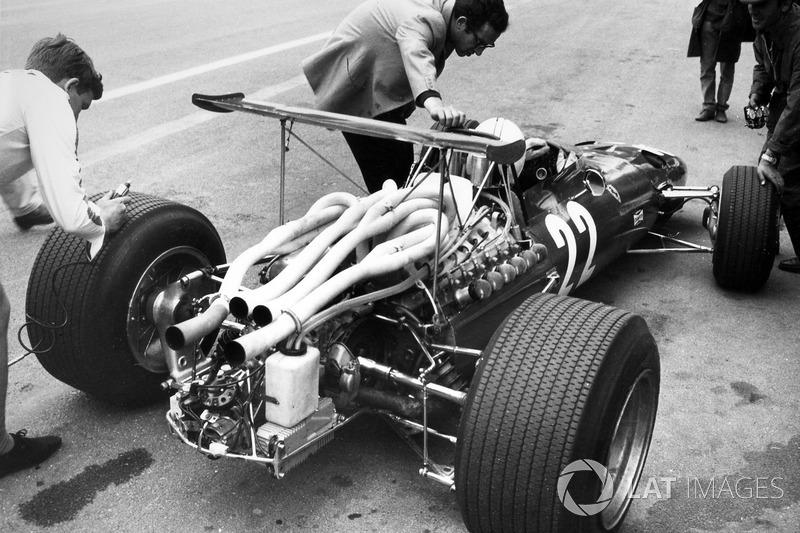 …и Ferrari, где Мауро Форгьери вынес аэродинамическую плоскость вверх на высоких стойках, чтобы она работала в потоке чистого воздуха.