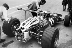 Mauro Forghieri discute avec Chris Amon, Ferrari 312